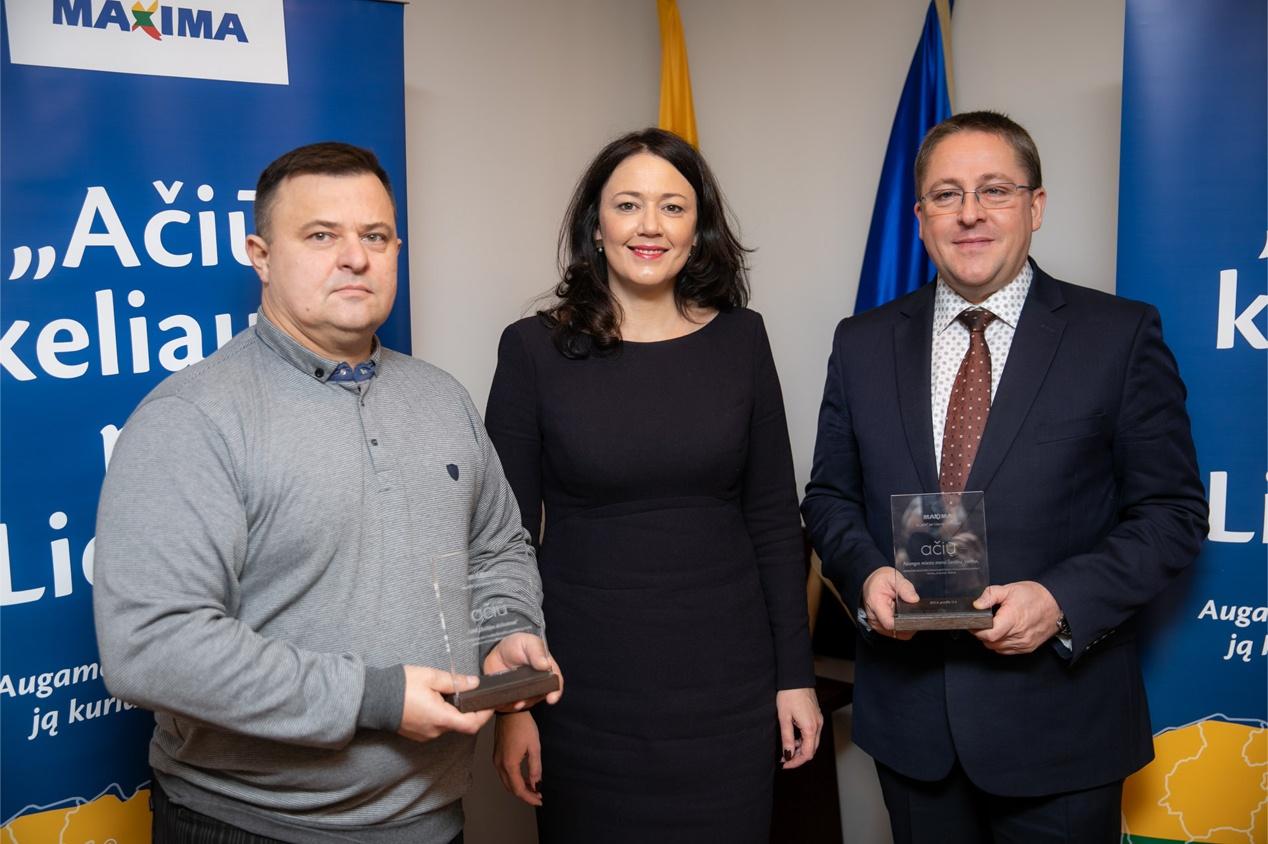 """""""Maximos"""" vadovė K. Meidė kartu su meru Š. Vaitkumi padėkojo """"Baltijos delikatesų"""" vadovui Igoriui Gubko už puoselėjamą savo krašto lietuvišką produkciją, kurią perka ir vertina didžiausio Lietuvoje prekybos tinklo pirkėjai. Organizatorių nuotr."""