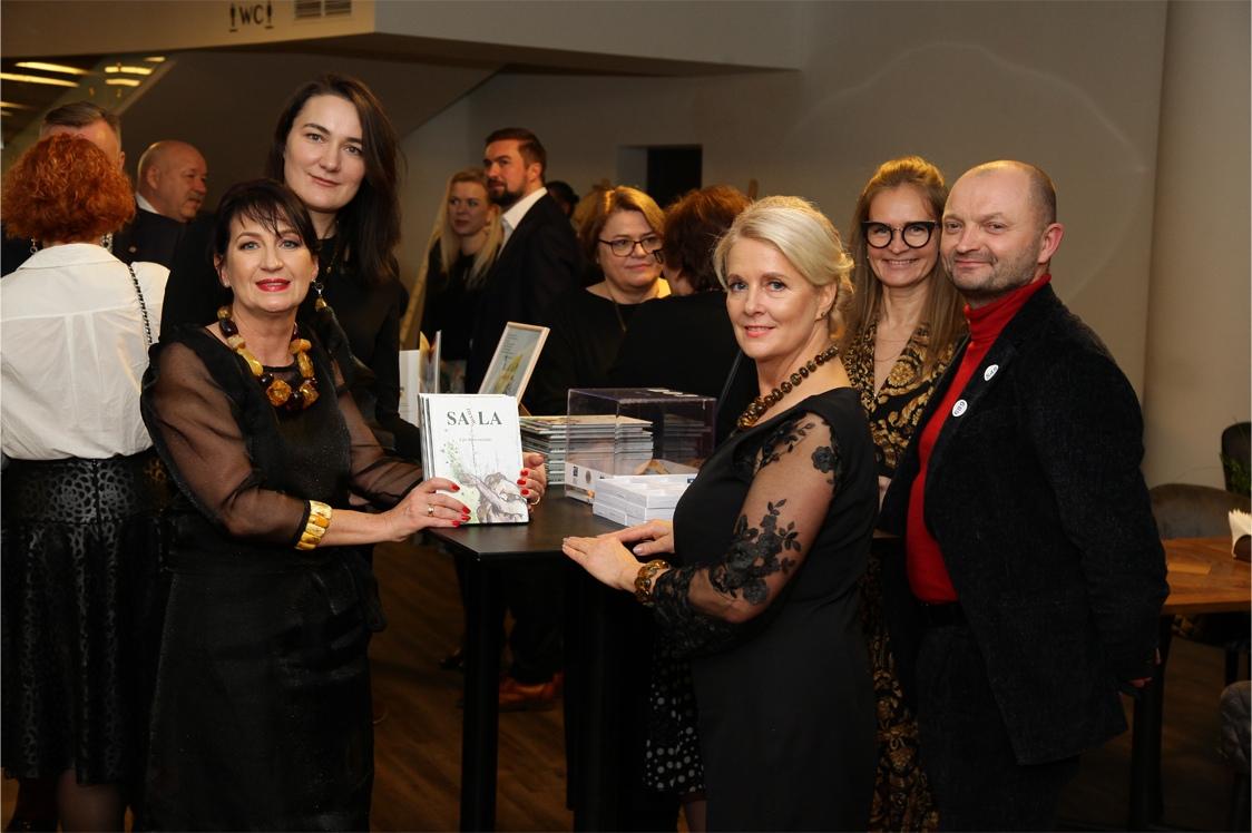 """Vakaro metu svečiai galėjo įsigyti Eglės Baranauskaitės poezijos knygą """"Jausmų sala"""". Lauryno Butkevičiaus nuotr."""